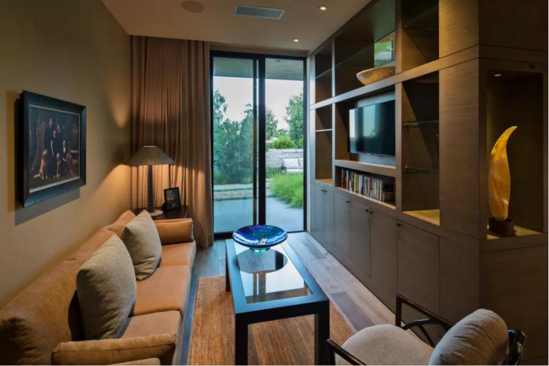 Una completísima sala de estar de cortesía, contigua a los dormitorios de invitados.