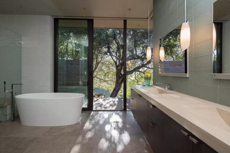 Uno de los amplísimos baños, con los que cuenta de esta fantástica casa.