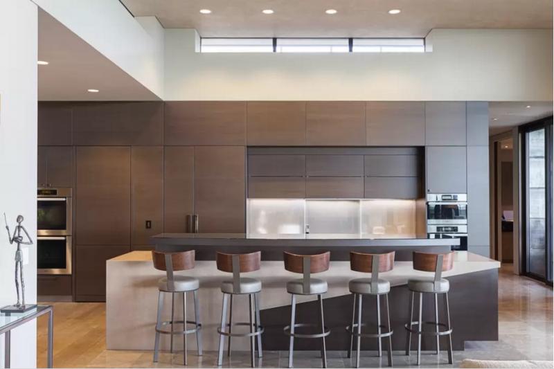 Una cocina de estilo contemporáneo, con espacio suficiente para una gran barra de desayuno.