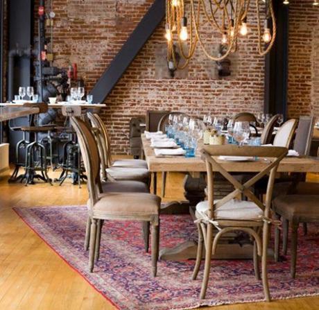 Piezas de mobiliario de diferentes estilos, decoran este restaurante de estilo industrial.
