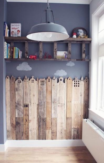 Un zócalo formado por trozos de tablas de madera, pertenecientes a palets reciclados.