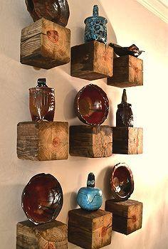 Tacos de madera recuperada como improvisadas y rústicas ménsulas.