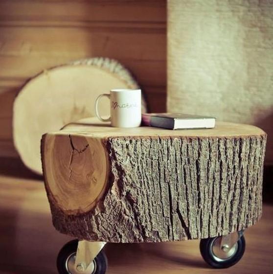 Un tronco de árbol convertido en mesilla, sólo añadiéndole unas ruedas.