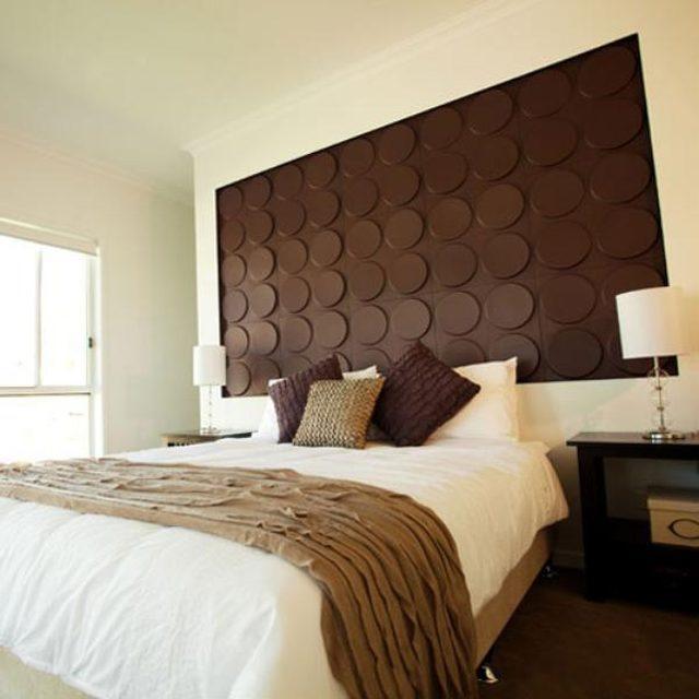Papel pintable para la pared tras la cama, forma un original cabecero.