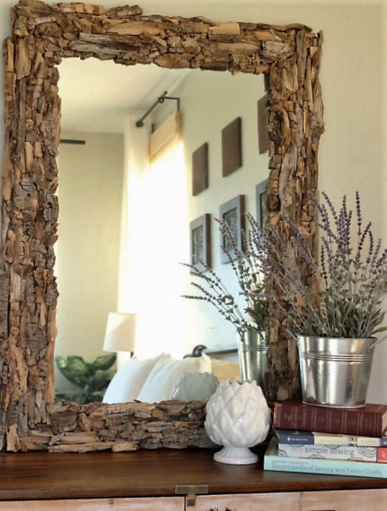 Un marco de espejo renovado, con trozos de la corteza de los árboles.