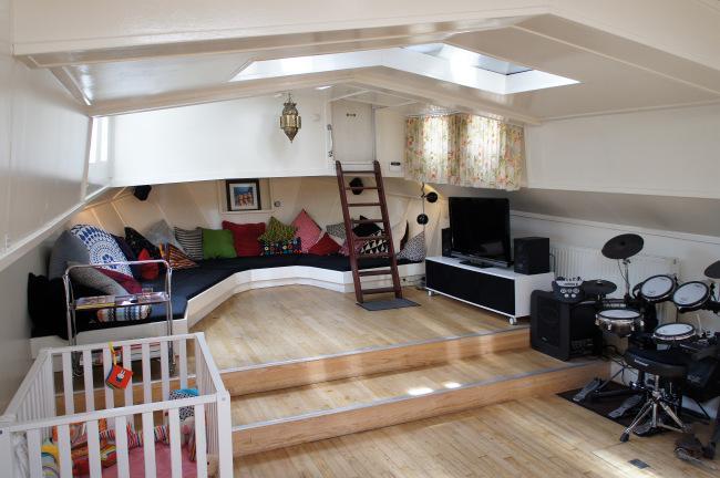 El espacio de reunión del salón, esta al fondo y cuenta con un sofá a medida.