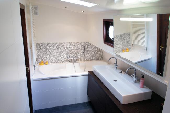 Un cuarto de baño, que cuenta con bañera y zona de ducha.