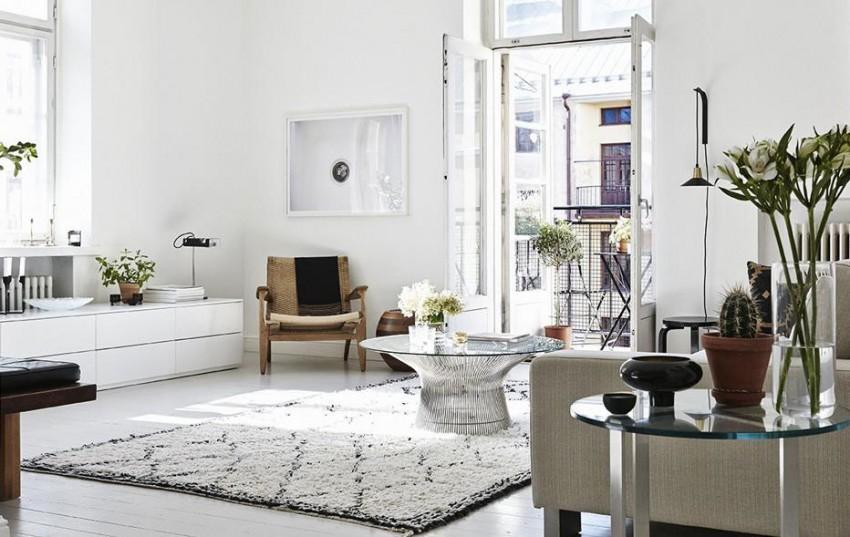 Este amplio y luminoso salón, pertenece a un apartamento en Helsinki.