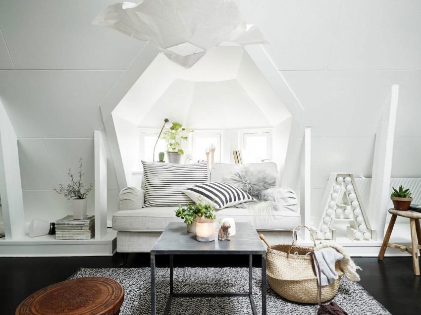 En un entorno blanco, suelo negro y detalles en color gris.