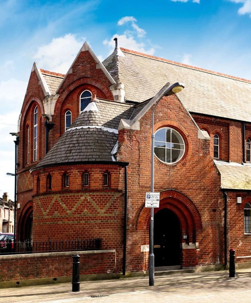 Exterior de una antigua iglesia, reconvertida en vivienda.