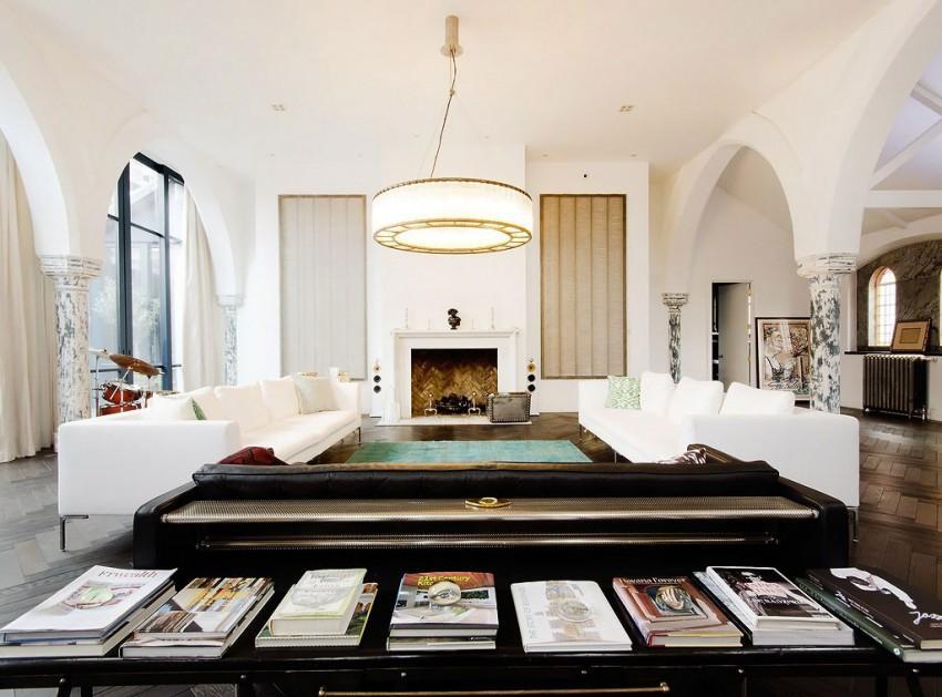 Un confortable salón, enmarcado entre arcos y columnas.