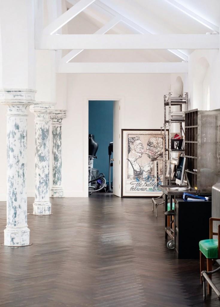 Un pasillo en el lateral del salón con una ecléctica mezcla de mobiliario.