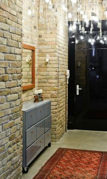 la lámpara del techo y el aparador y las brillantes puertas, domina este recibidor.