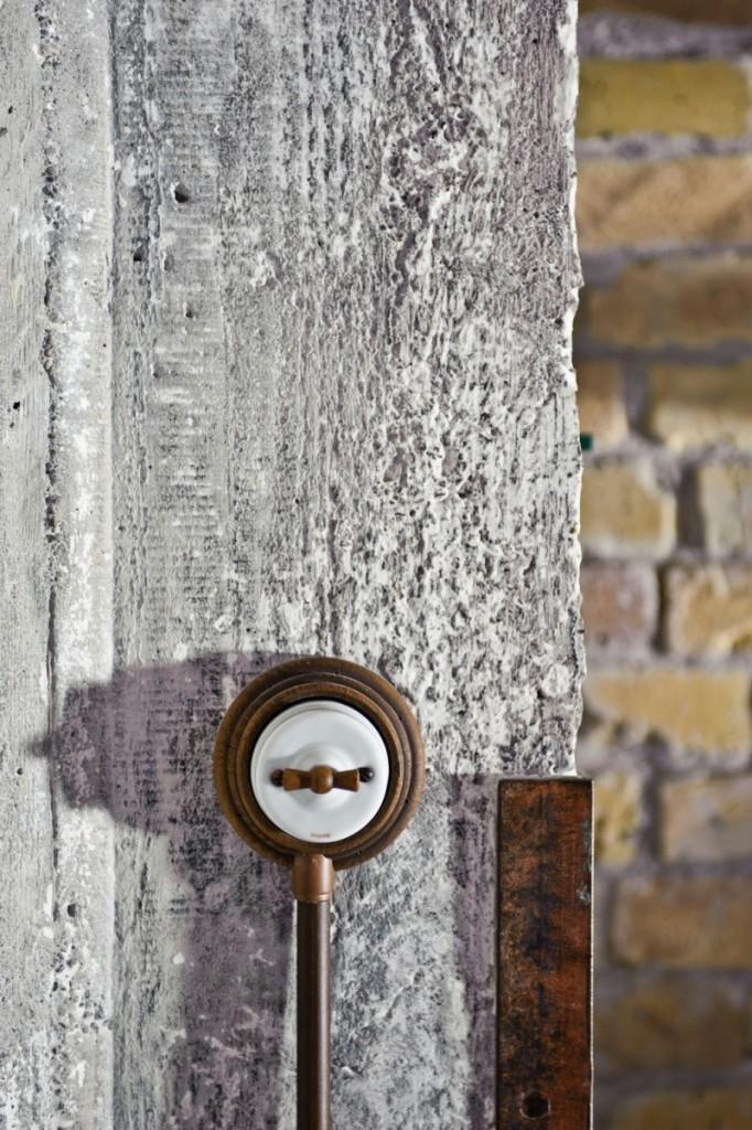 En las paredes de materiales básicos desnudos, destaca la instalación eléctrica.