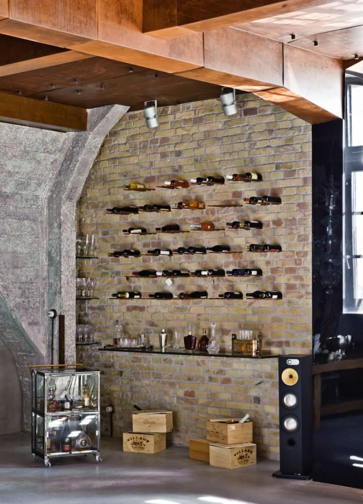 Zona de bar con un sencillo diseño de botellero.