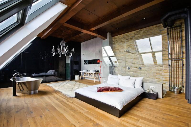 El dormitorio cuenta con un techo abuardillado.
