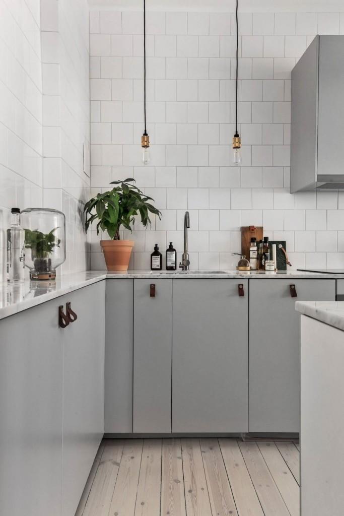 Una cocina en tonos blancos y grises, en un apartamento de Estocolmo.
