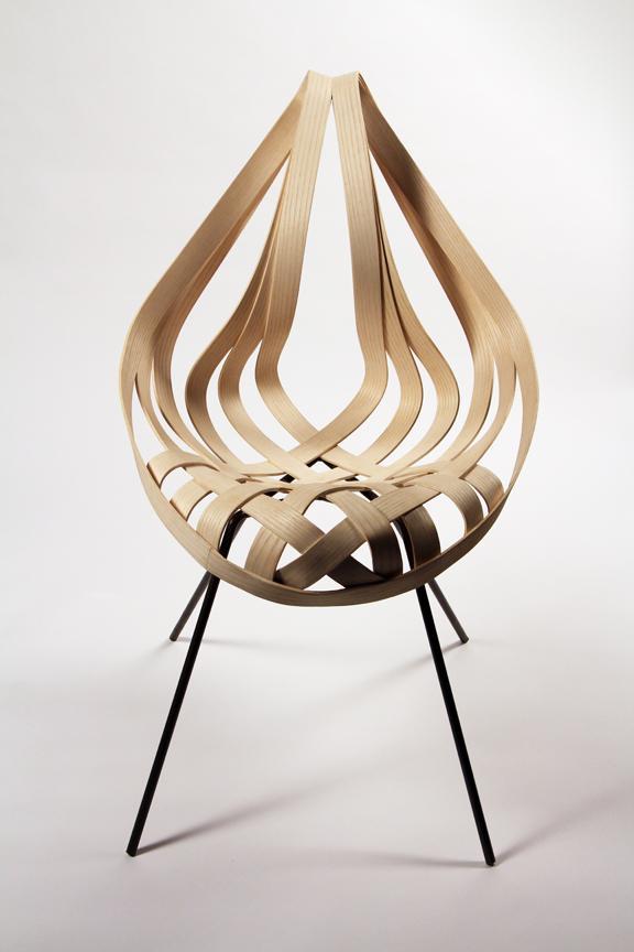 La silla Saji de finas láminas de madera combinada, con patas de metal.