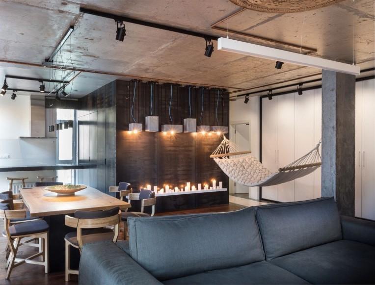Materiales como la madera y el hormigón, viste este moderno salón.