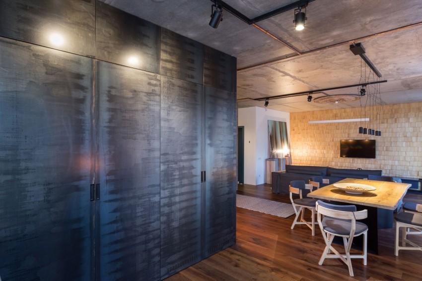 Un gran armario, formado por placas metálicas, en la cocina de este apartamento.