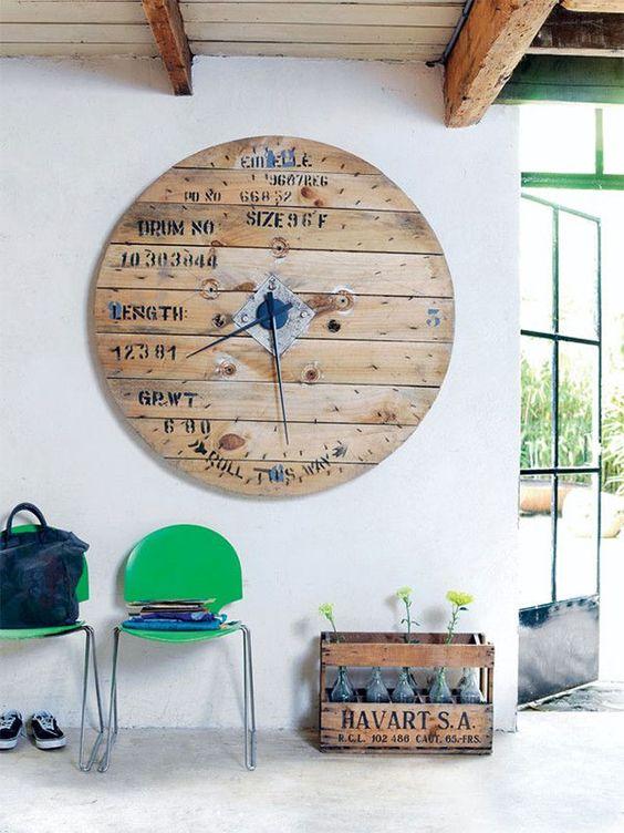 Reloj fabricado con la parte circular, de un carrete de madera de hilos eléctricos.