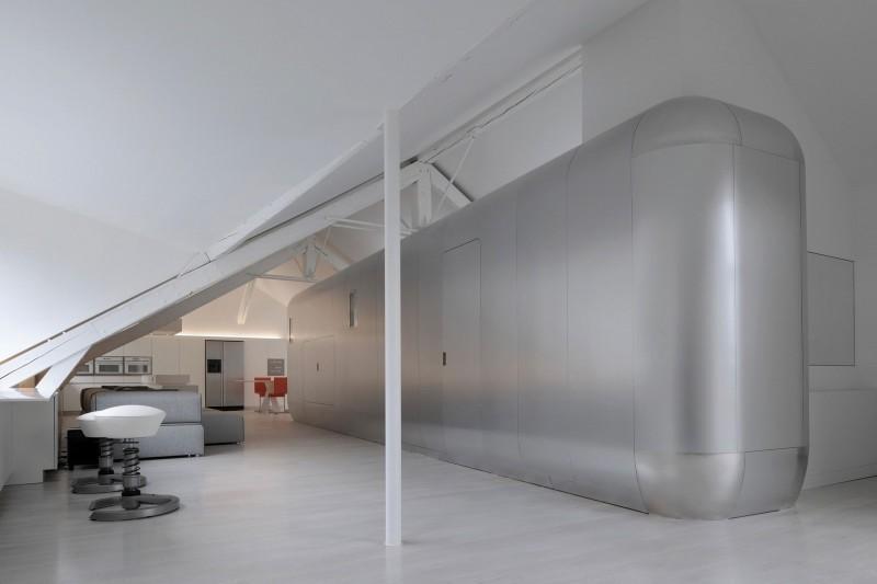 Un entorno en un blanco impoluto, con una pieza central metálica.