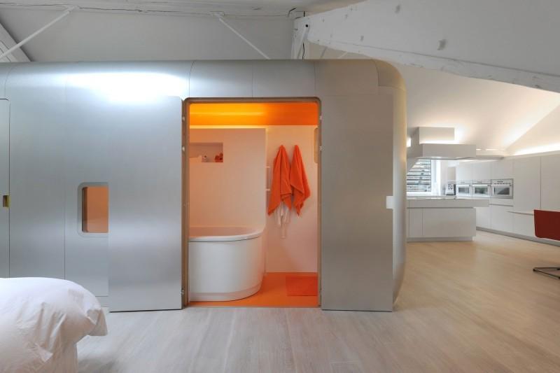 Un completo baño, con un tono naranja muy llamativo.