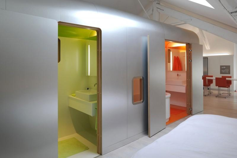 En la imagen vemos los dos cuartos de baño, integrados en el bloque metálico.