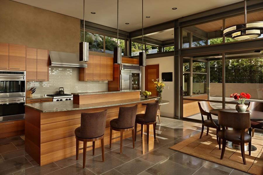 Tonos cálidos de la madera y la tapicería, en la moderna cocina.