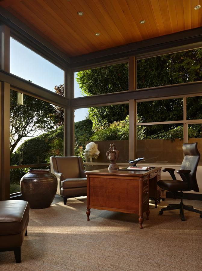 Una ecléctica mezcla de estilos en el mobiliario, que viste este despacho.
