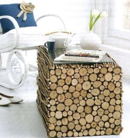 Una mesilla auxiliar rústica cubiertas con ramas de árbol y rodajas de troncos.