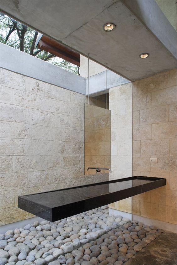 Un diseño minimalista suspendido del techo, con grifo integrado.