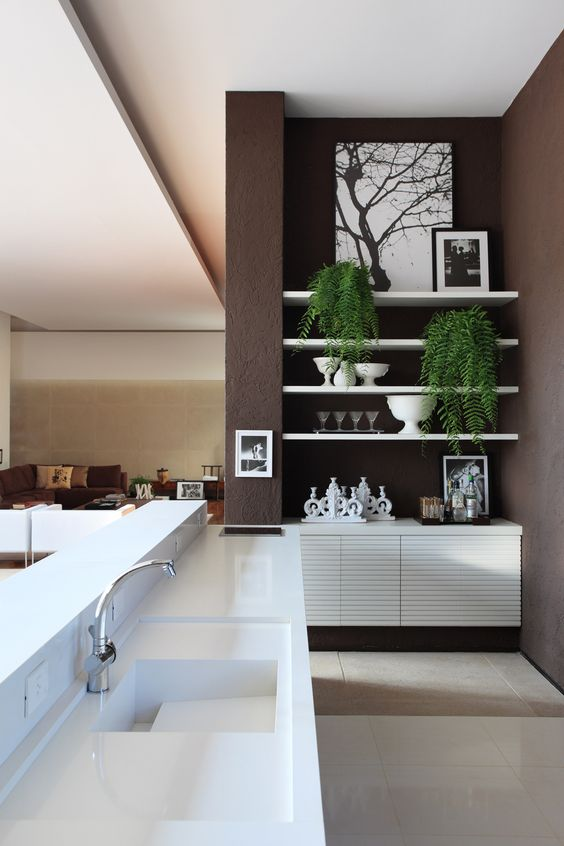 Mobiliario de un color blanco impoluto, contrasta con el marrón de las paredes.