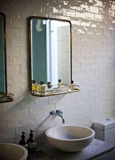 Un par de espejos vintage, se sitúan sobre los sencillos lavabos.