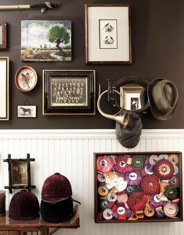 Un collage hípico, cubre las marrones paredes de esta entrada.