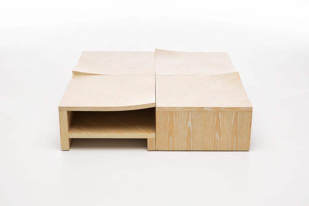 Un diseño fabricado en madera, con cuatro piezas cuadradas.