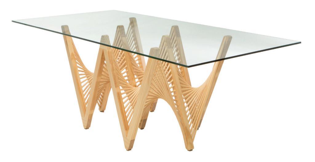 Una mesa de comedor, con un elaborado trabajo en madera y cristal.