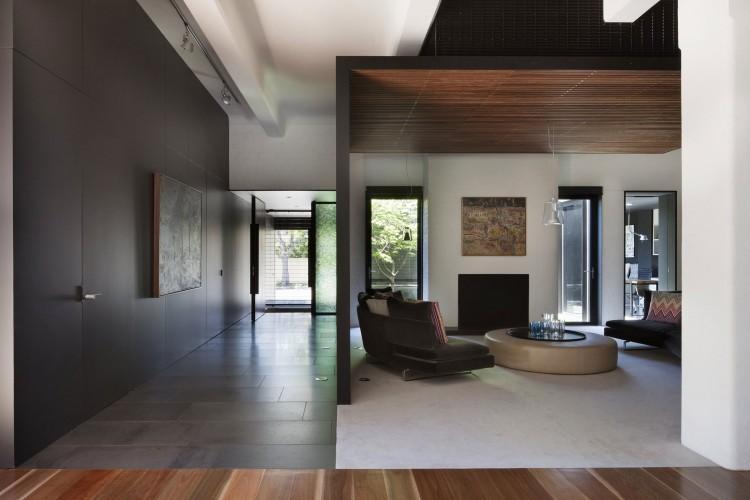 Un espacio con una estructura de madera, que crea dos ambientes distintos.