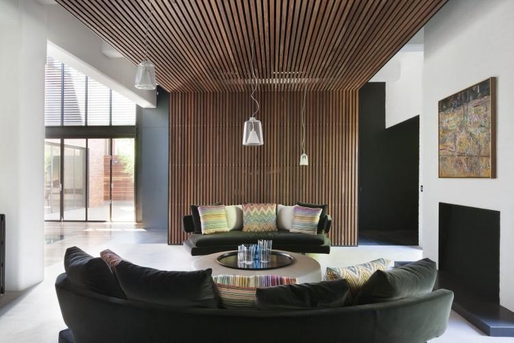 Una pared y el techo de esta estancia, fabricado de finas laminas de madera.