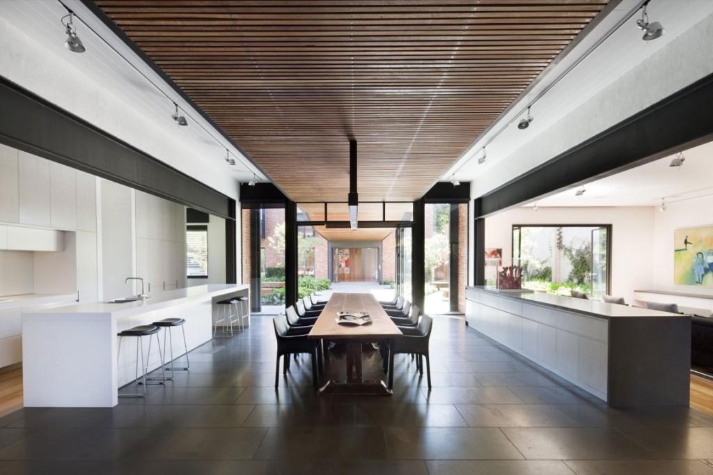 La zona de comedor de esta vivienda, se sitúa entre la cocina y el salón.