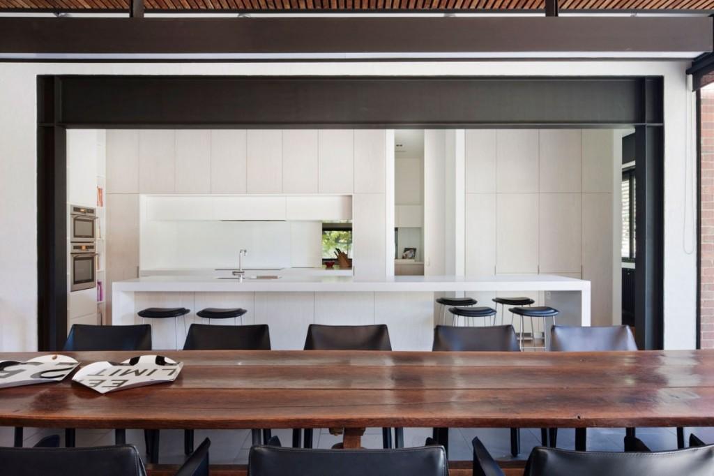 El color blanco, las vigas de acero y la madera, se repiten en todas la estancias.