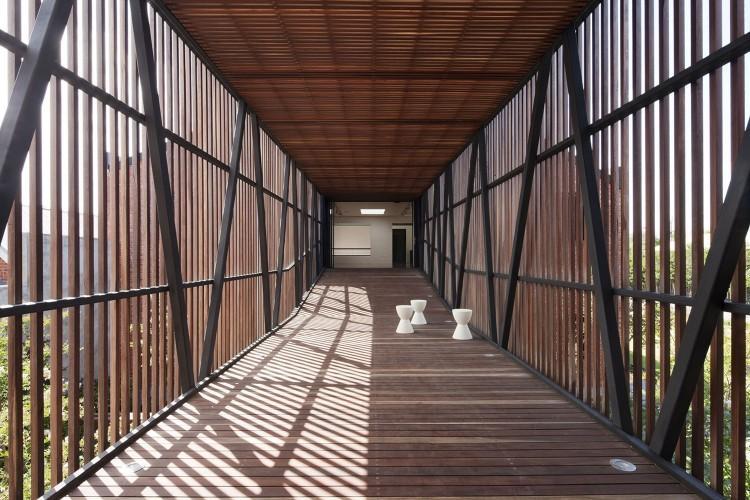 Estructura de metal madera y cristal, en la construcción de este puente.