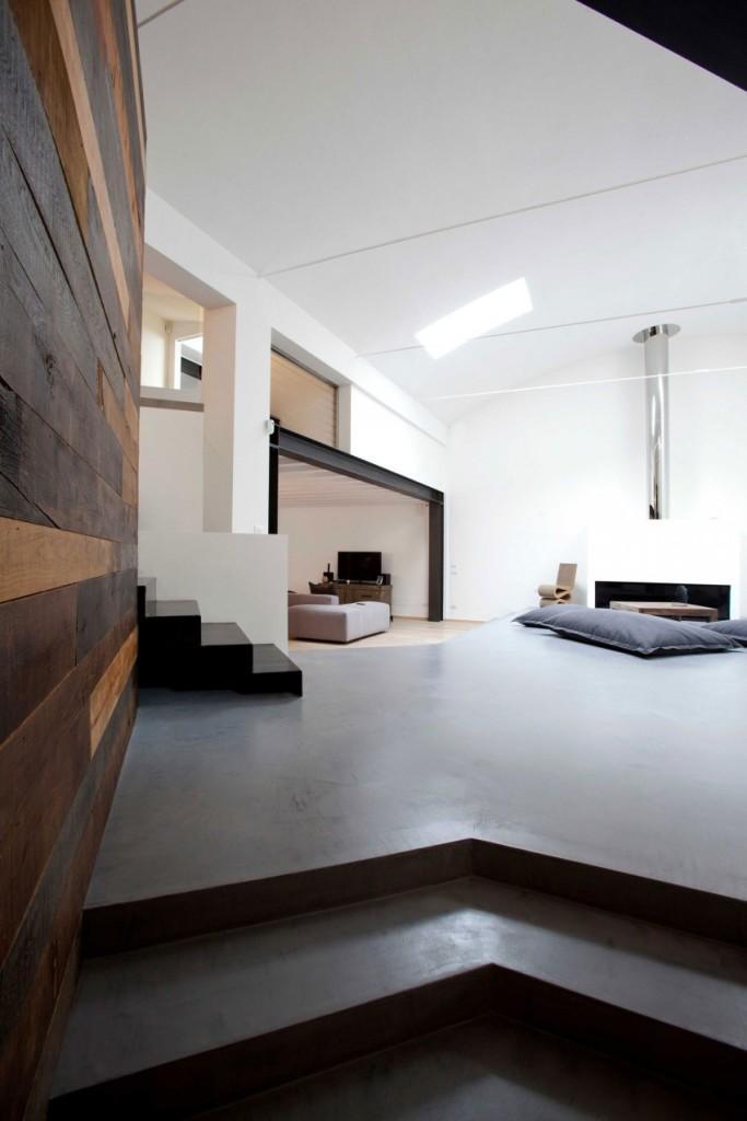 La casi absoluta ausencia de mobiliario, da predominio a las formas del espacio.
