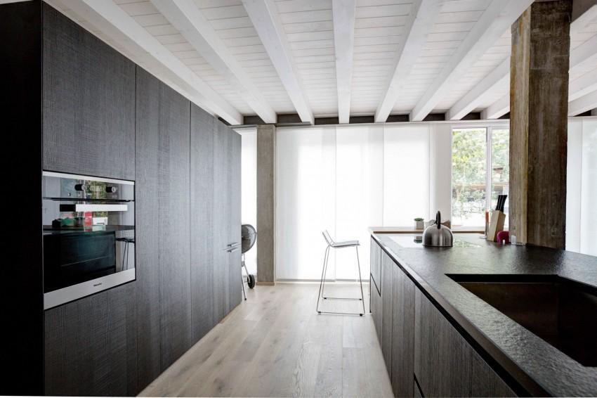 Limpieza de líneas en la cocina, con una interesante mezcla de materiales.