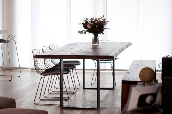Una mesa que unifica las líneas rectas de las patas de la mesa, a contraste con el acabado rústico de la madera.