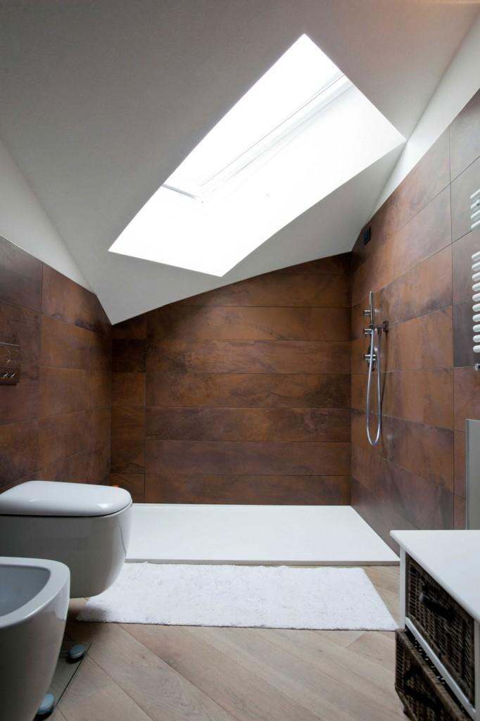 Las formas geométricas y los tonos cálidos, domina la estética de este cuarto de baño.