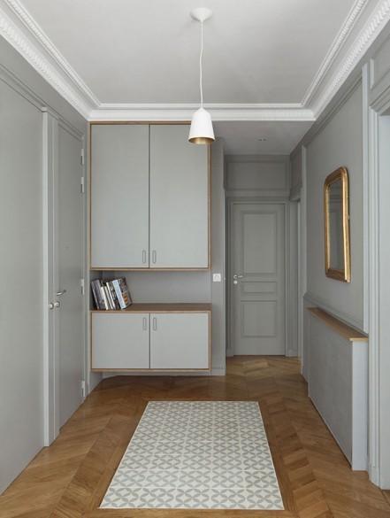 Un tono gris claro, es la base de la decoración en este recibidor.