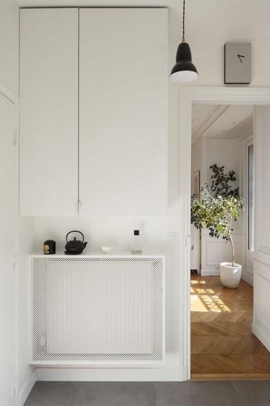 Muebles blancos, que contrastan con el tono gris de suelo de la cocina.