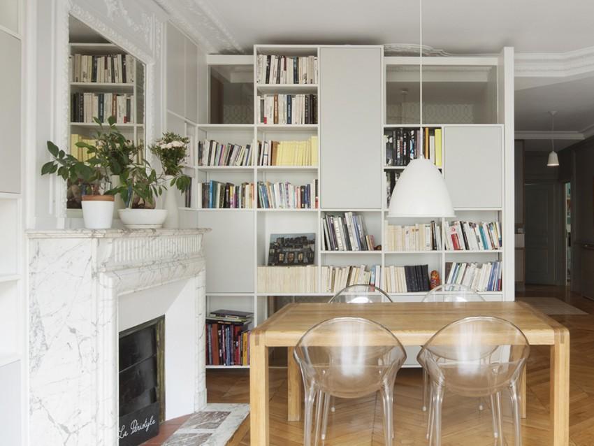 Un comedor moderno y lineal, en un entorno con estructura clásica.