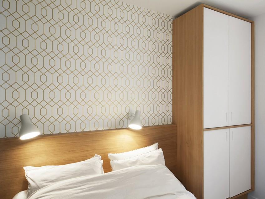 Un papel pintado, en la pared tras el cabecero del dormitorio principal.